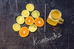 Домодельный заквашенный сырцовый чай Kombucha готовый для того чтобы выпить с апельсином и известкой Лето Стоковое Изображение RF