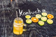 Домодельный заквашенный сырцовый чай Kombucha готовый для того чтобы выпить с апельсином и известкой Лето Стоковая Фотография