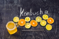 Домодельный заквашенный сырцовый чай Kombucha готовый для того чтобы выпить с апельсином и известкой Лето Стоковые Фото