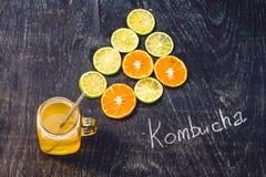 Домодельный заквашенный сырцовый чай Kombucha готовый для того чтобы выпить с апельсином и известкой Лето Стоковые Изображения RF