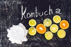 Домодельный заквашенный сырцовый чай Kombucha готовый для того чтобы выпить с апельсином и известкой Лето Стоковое фото RF