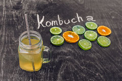 Домодельный заквашенный сырцовый чай Kombucha готовый для того чтобы выпить с апельсином и известкой Лето Стоковые Фотографии RF