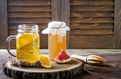 Домодельный заквашенный сырцовый чай kombucha с различными flavorings Здоровое естественное probiotic приправленное питье скопиру Стоковые Фото