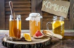 Домодельный заквашенный сырцовый чай kombucha с различными flavorings Здоровое естественное probiotic приправленное питье скопиру Стоковые Изображения RF