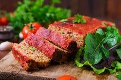 Домодельный земной meatloaf с овощами Стоковая Фотография