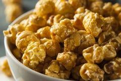 Домодельный золотой попкорн карамельки стоковая фотография rf