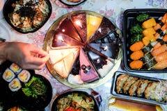 Домодельный именниный пирог и японская еда Стоковое Фото