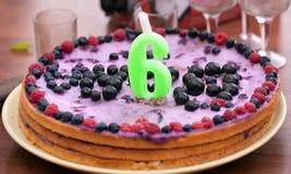 Домодельный именниный пирог Стоковое фото RF