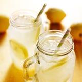 Домодельный лимонад в опарниках каменщика Стоковые Изображения RF