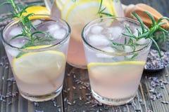 Домодельный лимонад с лавандой, свежими лимонами и розмариновым маслом на деревянном столе, горизонтальном стоковая фотография rf