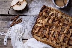 Домодельный испеченный органический пирог груши Изысканный десерт плодоовощ на деревянном Стоковая Фотография RF