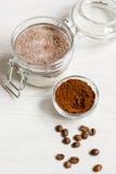 Домодельный какао-сахар шелушения тела на деревянном конце предпосылки вверх Стоковая Фотография RF