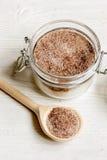 Домодельный какао-сахар шелушения тела на деревянном конце предпосылки вверх Стоковые Фото