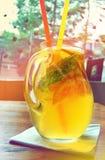Домодельный коктеиль лимонада лимон апельсина мяты известки Стоковое Изображение