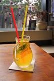Домодельный коктеиль лимонада лимон апельсина мяты известки Стоковые Изображения RF
