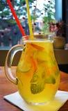 Домодельный коктеиль лимонада лимон апельсина мяты известки Стоковое Изображение RF
