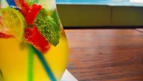 Домодельный коктеиль лимонада клубника мяты известки Стоковое Изображение RF