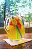 Домодельный коктеиль лимонада клубника мяты известки Стоковые Фото