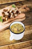 Домодельный коричневый суп чечевицы с нутами стоковые изображения
