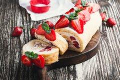 Домодельный крен торта shortcake клубники Стоковое Изображение RF