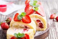 Домодельный крен торта shortcake клубники Стоковое Изображение