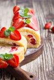 Домодельный крен торта shortcake клубники Стоковые Фото