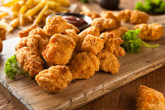 Домодельный кудрявый цыпленок попкорна стоковые фото