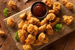 Домодельный кудрявый цыпленок попкорна стоковая фотография rf