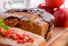 Домодельный мягкий торт губки с отбензиниванием вишни и шоколада Стоковая Фотография