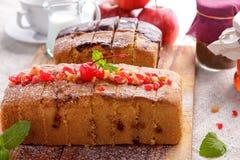 Домодельный мягкий торт губки с отбензиниванием вишни и шоколада Стоковое Изображение RF