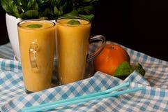 Домодельный оранжевый натюрморт сока банана Стоковое фото RF