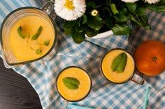 Домодельный оранжевый натюрморт сока банана Стоковая Фотография RF