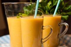 Домодельный оранжевый натюрморт сока банана Стоковое Изображение RF
