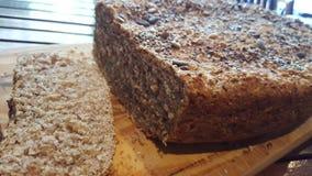 Домодельный осемененный хлеб briwn Стоковое фото RF