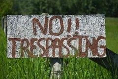 Домодельный отсутствие Trespassing знака Стоковые Фотографии RF