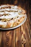 Домодельный очень вкусный свежий испеченный яблочный пирог Стоковые Фото