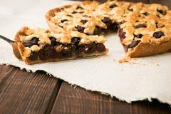 Домодельный пирог вишни с грецкими орехами и кудрявой коркой Стоковое Изображение RF