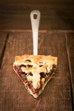 Домодельный пирог вишни с грецкими орехами и кудрявой коркой Стоковые Изображения