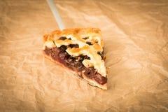 Домодельный пирог вишни с грецкими орехами и кудрявой коркой Стоковые Фотографии RF