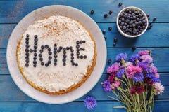 Домодельный пирог голубики с букетом цветков Стоковая Фотография