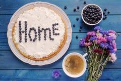 Домодельный пирог голубики с чашкой кофе и букет flo Стоковое Изображение
