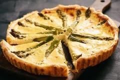 Домодельный пирог с спаржей и сыром на черной предпосылке Стоковая Фотография RF