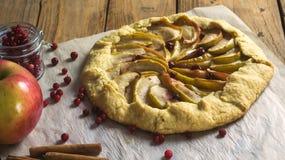 Домодельный пирог Galette с яблоками и клюквами Стоковое Фото