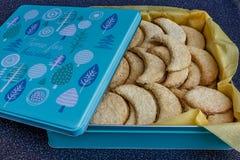 Домодельный полумесяц сформировал печенья в коробке олова Стоковое фото RF