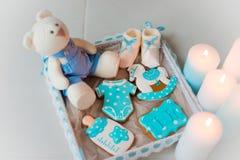 Домодельный пряник украшенный с замороженностью На дне рождения его сына Стоковые Изображения