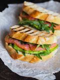 Домодельный сандвич 2 на темной предпосылке Стоковые Изображения RF