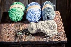 Домодельный связанный шарф сделанный из покрашенных шерстей Стоковое Изображение