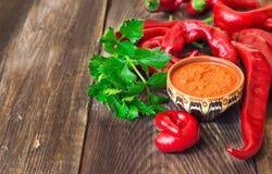Домодельный соус и накаленные докрасна перцы и сельдерей chili Стоковая Фотография