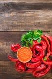 Домодельный соус и накаленные докрасна перцы и сельдерей chili Стоковые Изображения RF