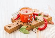Домодельный соус перца chili горячий с ингридиентами Стоковые Изображения RF